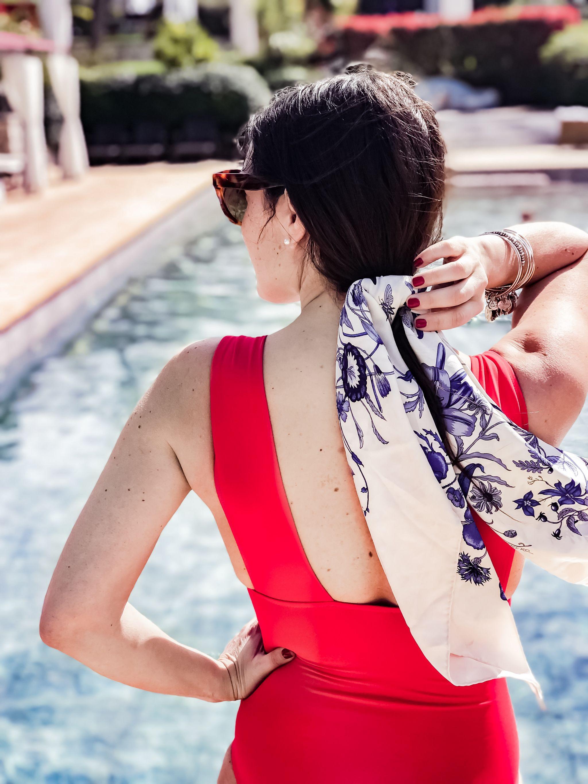 3 ways to wear a floral scarf - 3 modi per indossare un foulard floreale